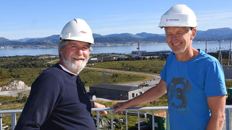 Roar Sannem fra Hallingplast og Knut Espetvedt i Lindås kommune inspiserer rørprosjekt