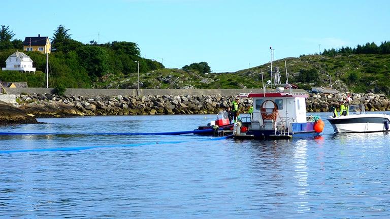 Utslippsledninger monteres fra båt på fjorden